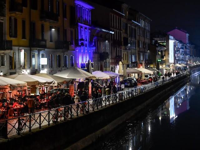 Milano, assembramenti nei luoghi della movida nella serata di venerdì 22 maggio