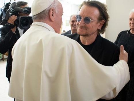 """Bono degli U2 da Papa Francesco per i risultati di One: """"Uomo straordinario per tempi straordinari"""""""