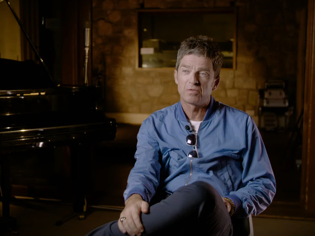 Noel Gallagher torna negli studi in cui ha inciso 'Morning Glory' con gli Oasis per una videointervista