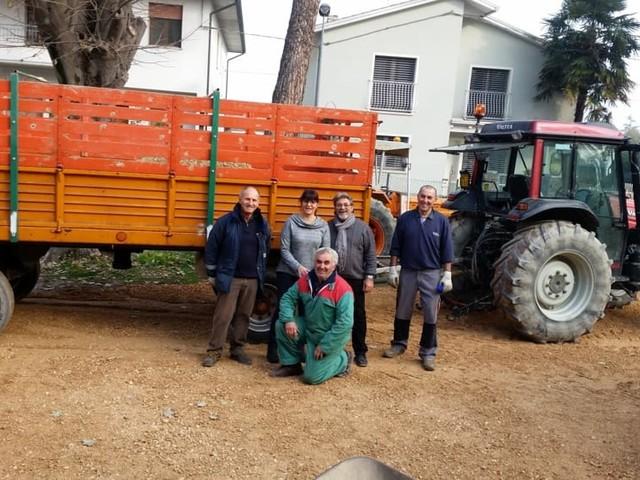 Volontari al lavoro per restaurare il giardino del centro per anziani