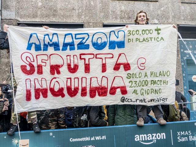 Manifestazione del Block Friday prende come bersaglio Amazon