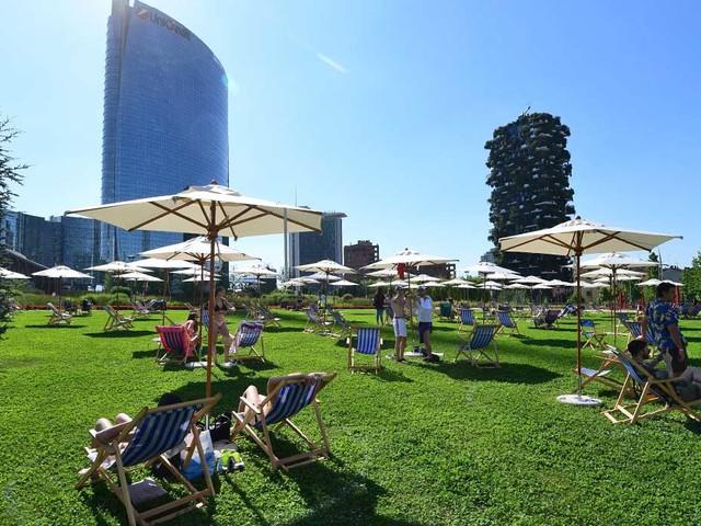 Milano: apre il primo lido tra i grattacieli