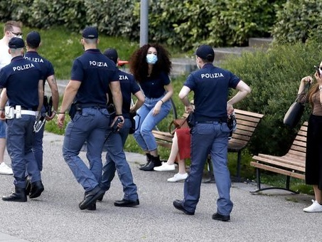 Milano, maxi rissa nella movida in centro: 24enne accoltellato, è grave