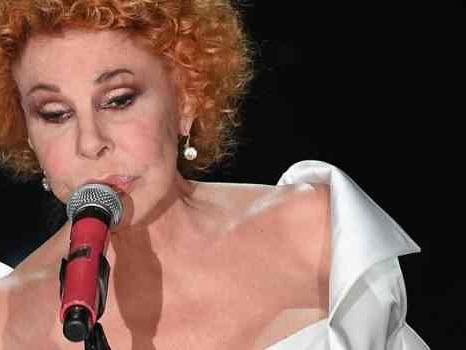 Ornella Vanoni si trasforma in Lady Gaga in Amore Stupidino, la foto invade la rete