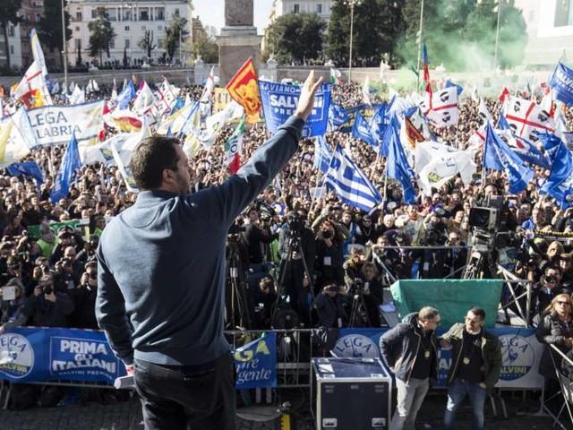 """Salvini porta la Lega in piazza: """"Datemi il mandato a trattare con la Ue"""""""