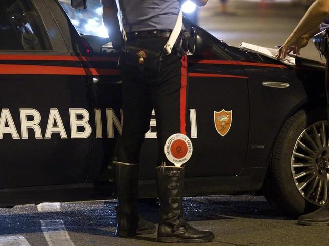 Roma, non si ferma all'alt dei Carabinieri e si schianta contro un'auto della Polizia