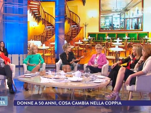 La Vita in Diretta: arriva il tavolo con pasticcini e bevande