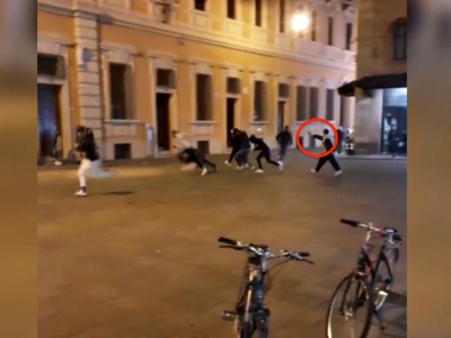 Spari in centro a Reggio Emilia, il video dell'uomo che esplode i colpi: cinque feriti