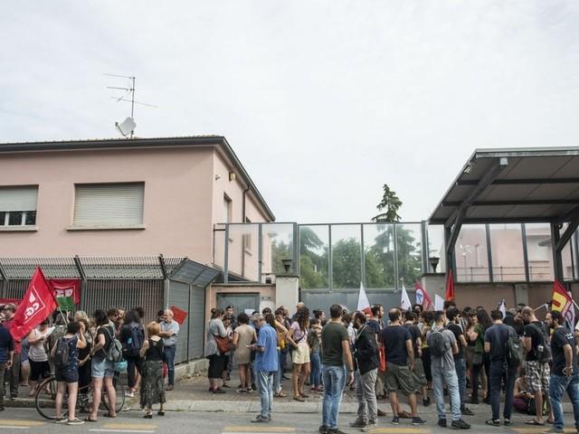"""Migranti Bologna, presidio davanti all'hub di via Mattei: """"Fermeremo i pullman"""""""