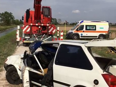 Muoiono a 19 e 17 anni nell'auto ribaltata sulla strada bianca a Pordenone