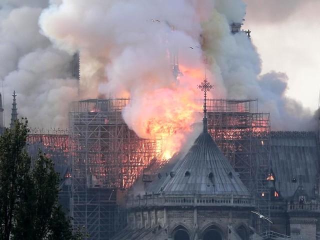 """Incendio Notre Dame, Raggi: """"Solidarietà di Roma e dei romani al popolo francese"""""""