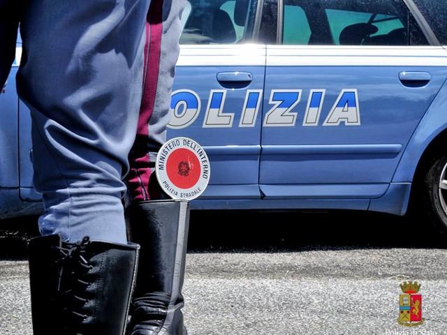 Evade dai domiciliari per un giro in moto senza patente, con la figlia 13enne e con la droga: arrestato