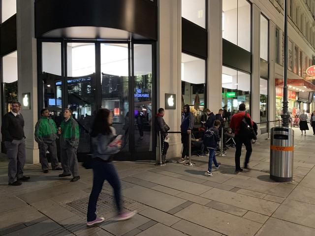 Code davanti agli Apple Store in attesa di iPhone 11