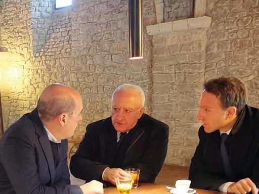 De Luca va in «conclave» e apre la porta ai Cinquestelle: «Sì al dialogo ma sui fatti»