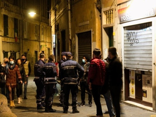 Il coprifuoco in centro storico spegne la 'movida' a Genova
