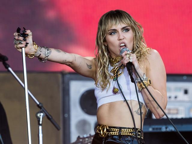"""Miley Cyrus, Slide Away nuovo singolo dopo la rottura con Liam Hemsworth: """"Ci siamo persi"""""""