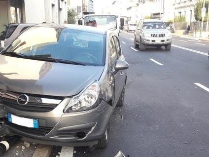 Abbatte un palo e finisce sul marciapiede Bergamo, carambola in via Corridoni