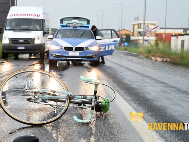 Ciclista si schianta contro lo specchietto dell'auto: interviene l'elicottero