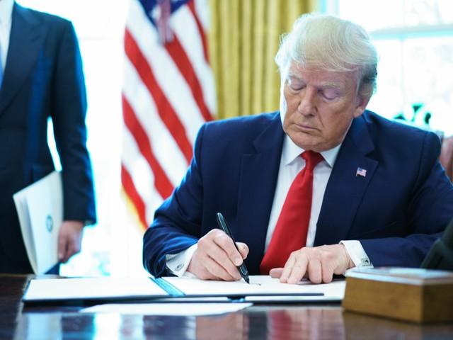 Iran, Trump firma nuove sanzioni: colpita guida suprema Khamenei