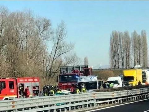 Auto contro camion, un morto sulla A28