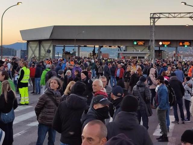 """È il giorno della protesta no green pass a Trieste: i portuali: """"Pronti a manifestare fino al 31 dicembre"""", segui tutti gli aggiornamenti"""
