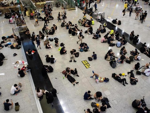 Hong Kong: manifestanti bloccano l'aeroporto, sospesi bus e treni