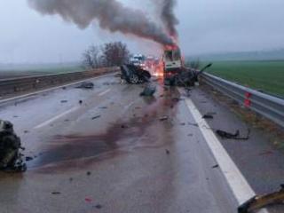 Scontro tra auto e furgone a Melfi: nell'incidente morte tre persone, due delle quali carbonizzate