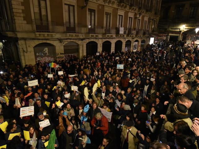 """Manifestazione """"Sardine"""" a Catania: escono dalla 'pescheria' e invadono piazza Duomo"""