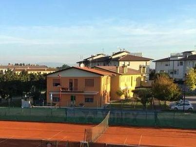 Il cambio di gestione dei campi scatena la bufera al tennis club