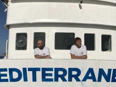 Ong italiana imbarca 50 migranti Rotta per l'Italia, Casarini a bordo ?Se ci vietano i porti, tutti in piazza? Salvini chiude le acque territoriali