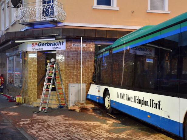 Germania, scuolabus si schianta contro un negozio: 48 feriti