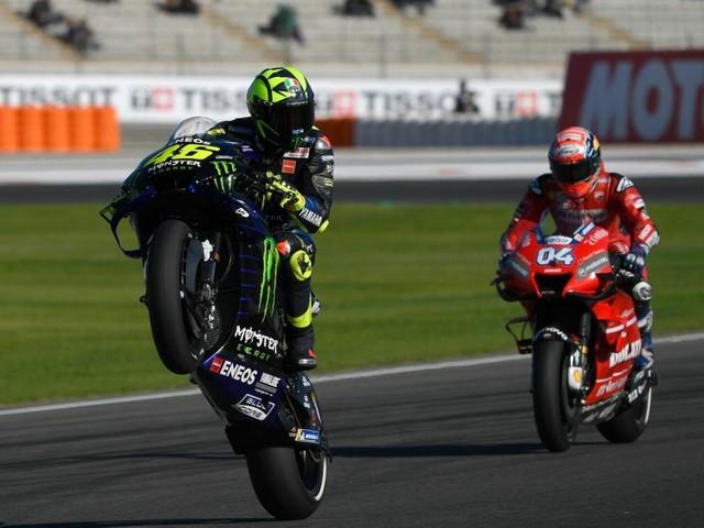 """Valentino Rossi e Lewis Hamilton, il brivido dello """"scambio"""". Oggi il Dottore sulla Mercedes, il britannico prova la Yamaha"""