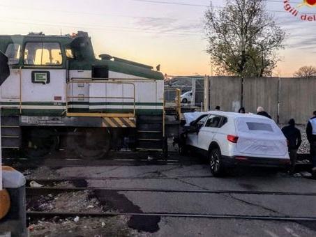 Incidente a Verona. Auto si schianta contro il locomotore sulle rotaie: distrutta Foto