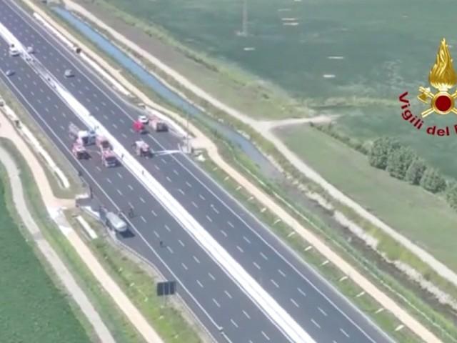 Cisterna in fiamme in autostrada, chiuso tratto dell'A4 e case evacuate. Le immagini dall'alto dei vigili del fuoco al lavoro – Video