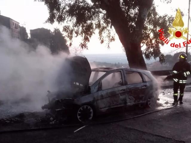 Paura per un incendio a Cori: auto in fiamme. Si mettono in slavo le 4 persone a bordo