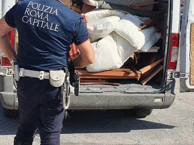 Oltre 300 chili di rifiuti trasportati illegalmente e mobili gettati nel cassonetto: shock a Roma