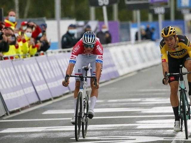 Ciclismo, Fiandre: van der Poel batte van Aert. Disdetta Alaphilippe: cade dopo un contatto con una moto