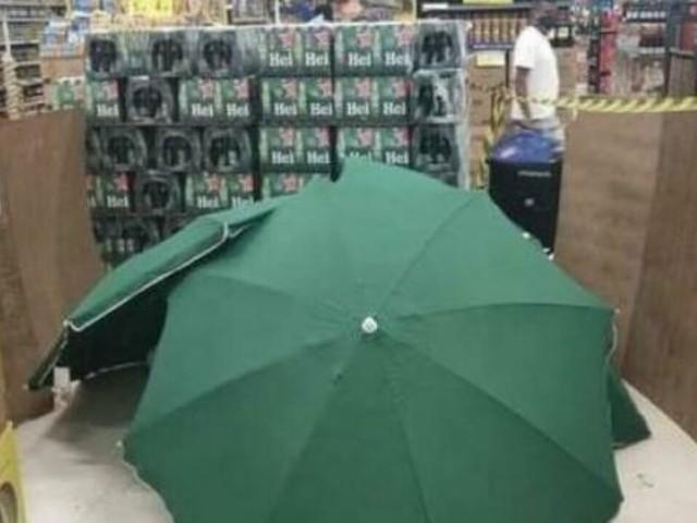 Muore d'infarto nel supermercato, coperto da ombrelloni per lasciare aperto