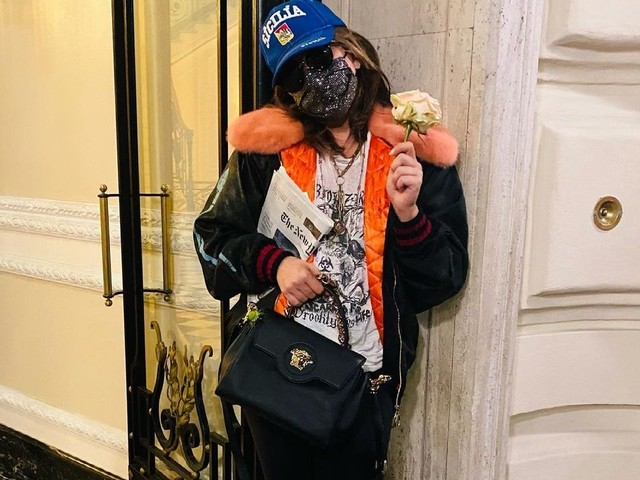 Giornale sotto braccio e fiori negli stivali, chi se non Lady Gaga?