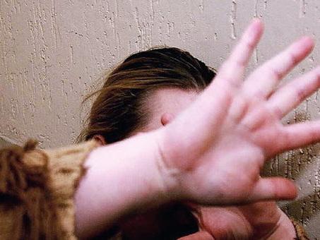 Stalker picchia la ex e le rompe una costola