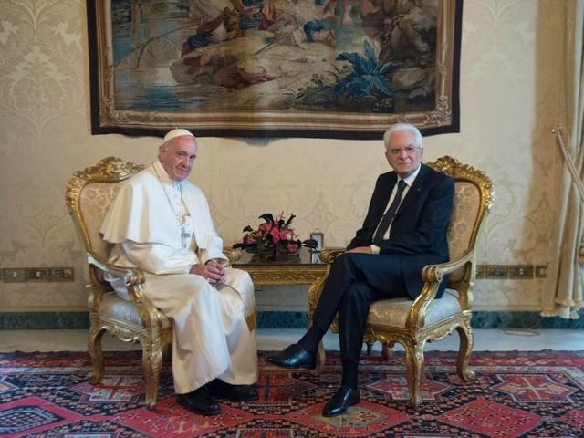 Pasqua: la dignità della persona negli auguri di Mattarella al Papa