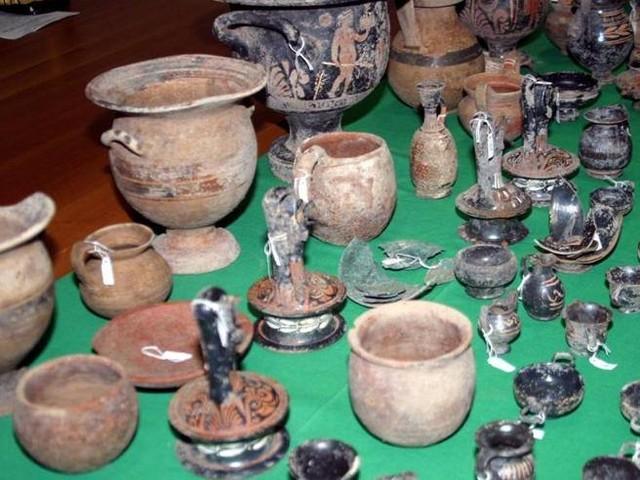 Crotone, arrestata banda di tombaroli: razziavano reperti archeologici in aree protette