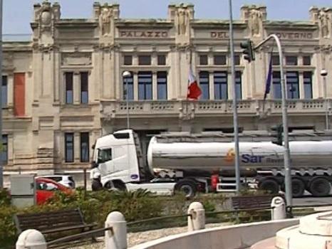 Messina, tir in centro anche di sabato: violata l'ordinanza