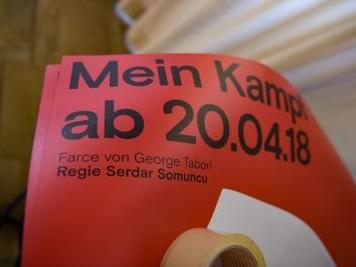 Germania. A teatro gratis chi indossa una svastica