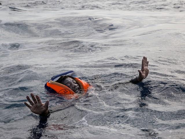 Migranti si gettano in mare aggrappati a dei bidoni: 3 salvati da un pescatore, 4 dispersi