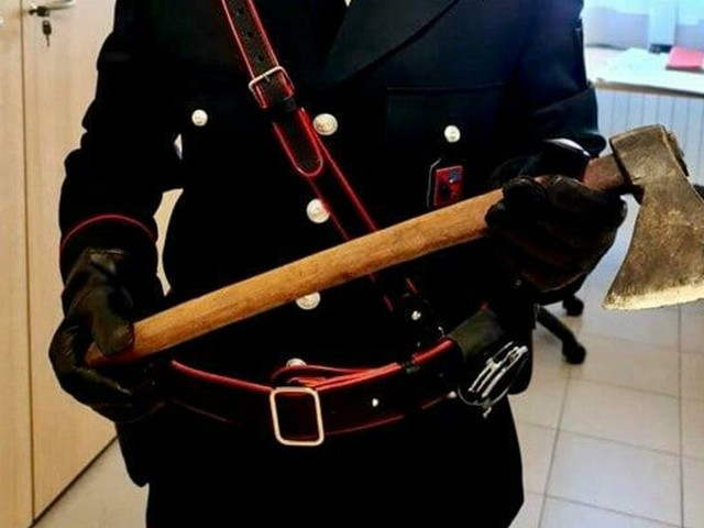 Minaccia la moglie con un'ascia, fermato dai carabinieri e denunciato per maltrattamenti