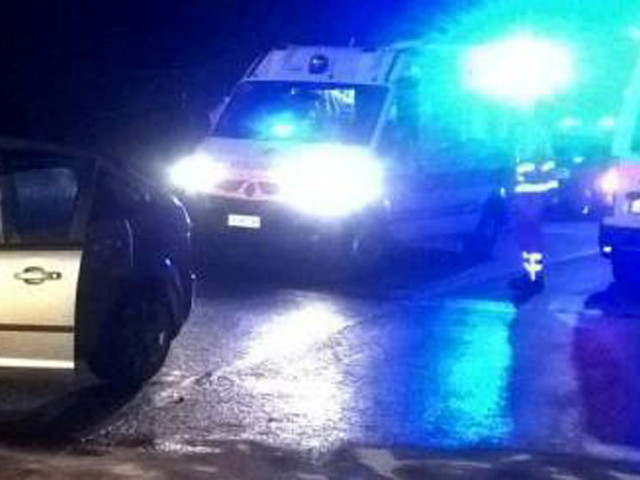 Auto svolta a sinistra, poi lo schianto frontale: due feriti e auto distrutte
