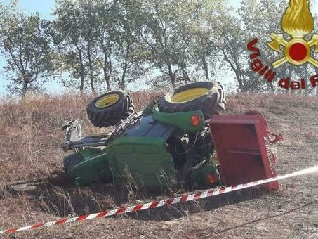 Artena, contadino di 35 anni si ribalta con il trattore e muore schiacciato