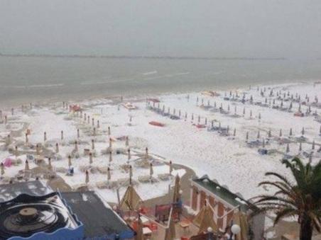 San Benedetto del Tronto, grandinata record: spiaggia imbiancata