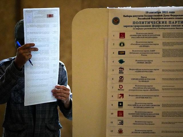 """Elezioni Russia, il partito di Putin si riprende la Duma: ha quasi il 50% dei voti. Comunisti al 20%. Ue: """"Votato in un clima di intimidazione"""""""